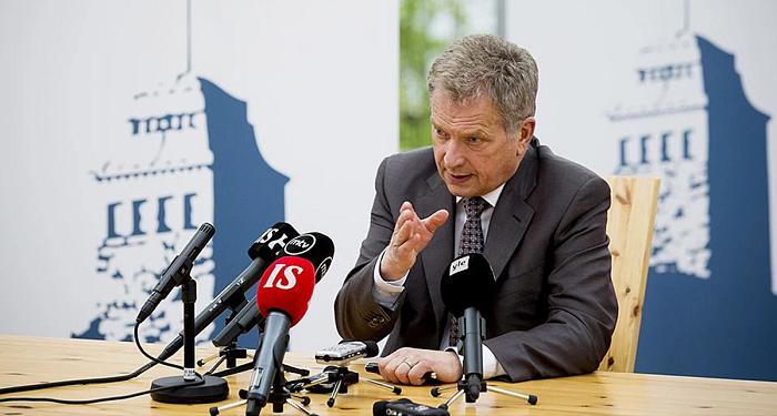 Tasavallan presidentti Sauli Niinistö kommentoimassa tiedotusvälineille Kultaranta-keskusteluissa (Kuva)